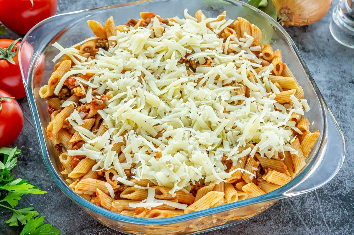 Espolvorear el queso rallado sobre los macarrones
