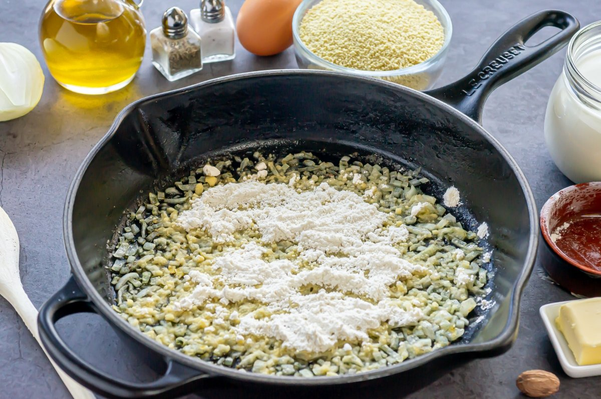 Espolvorear la harina para la bechamel