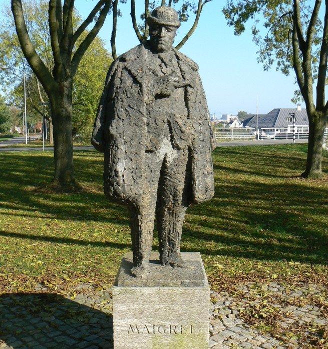 Estatua del Comisario Maigret, amante de la buena comida