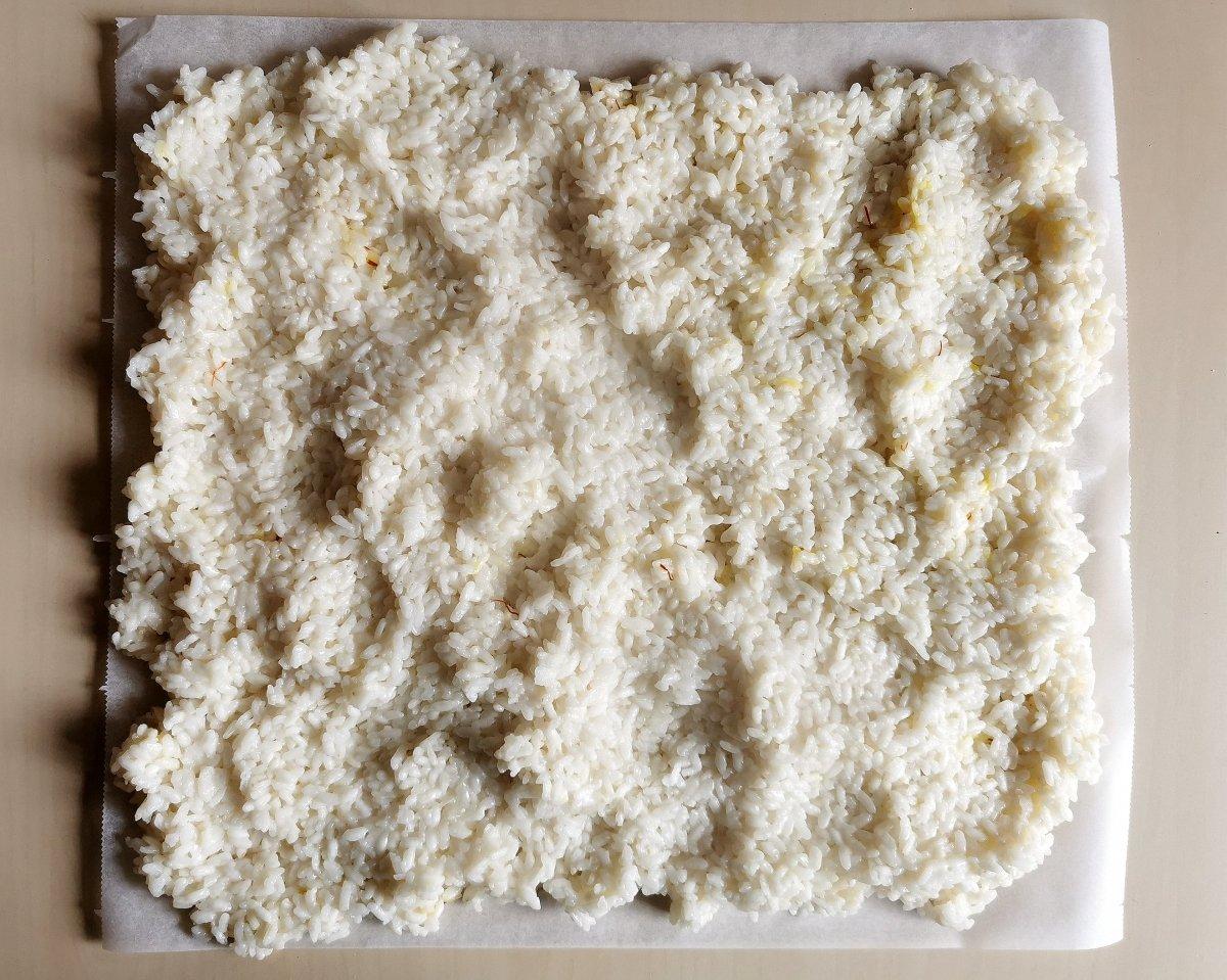 Estirar el arroz para que se enfríe.