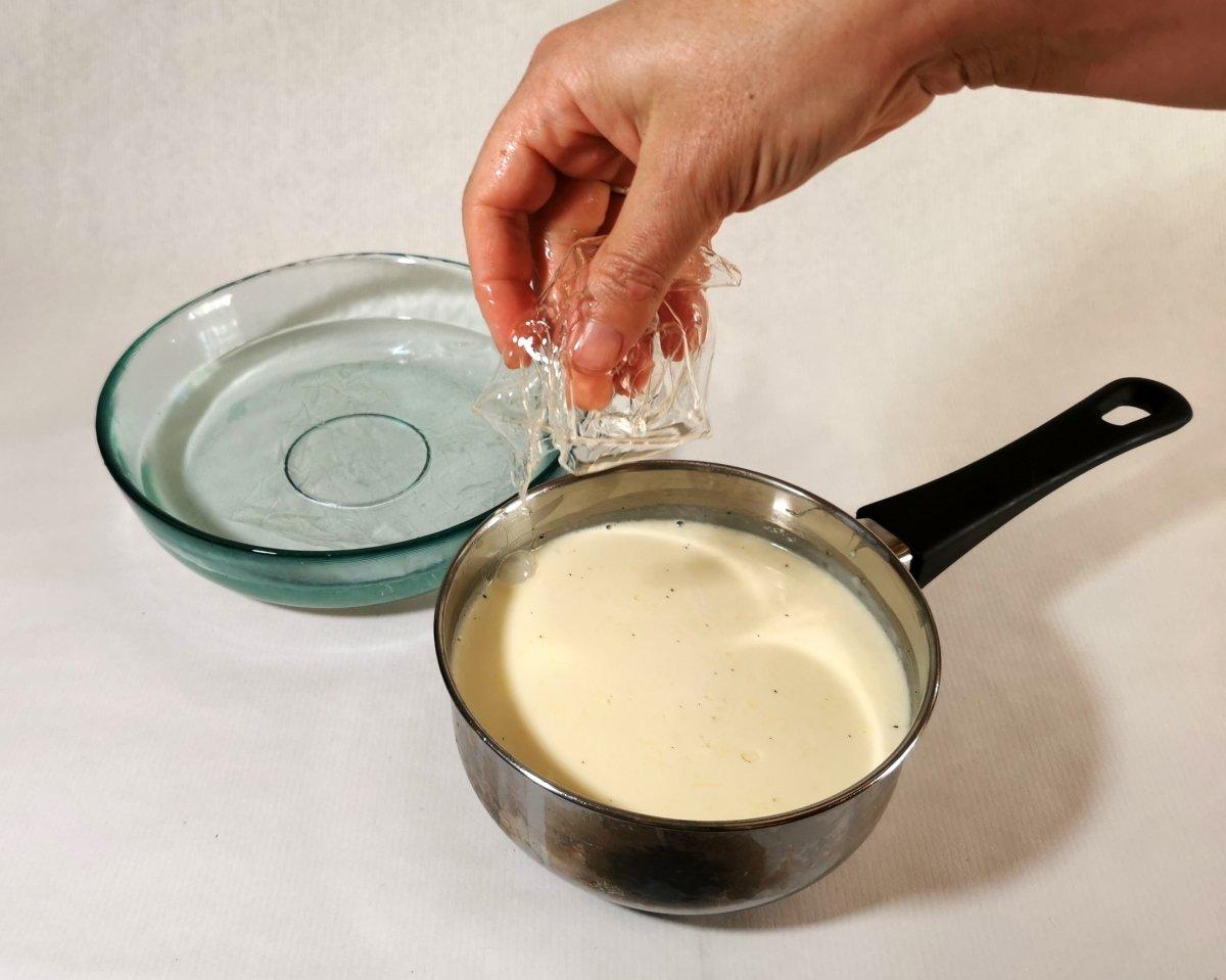 estrujar bien las hojas de gelatina y añadirlas de una en una a la nata