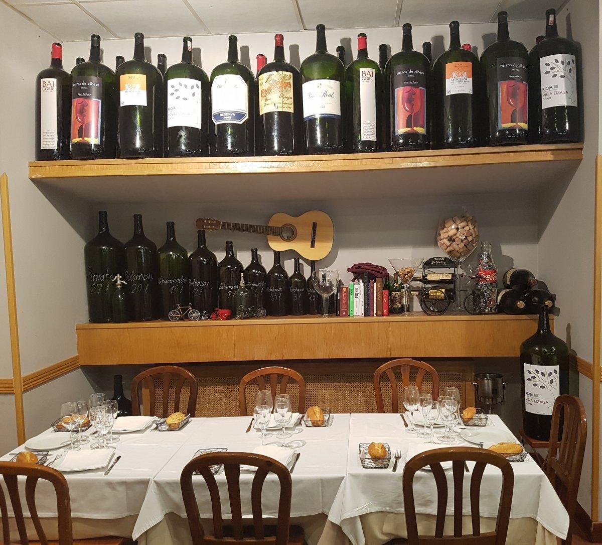 Exposición de botellones en el comedor de la casa de comidas De la Riva
