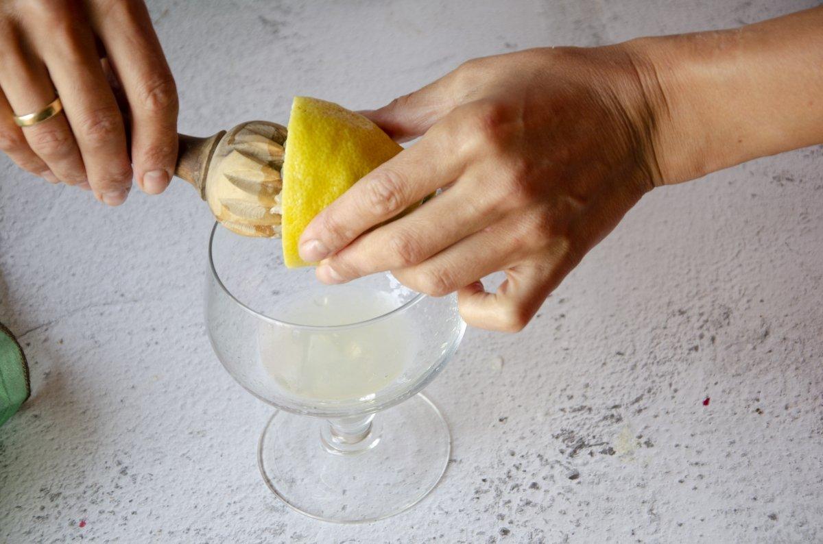 exprimimos el zumo de limón