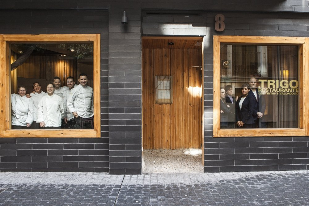 Fachada del restaurante Trigo con el equipo