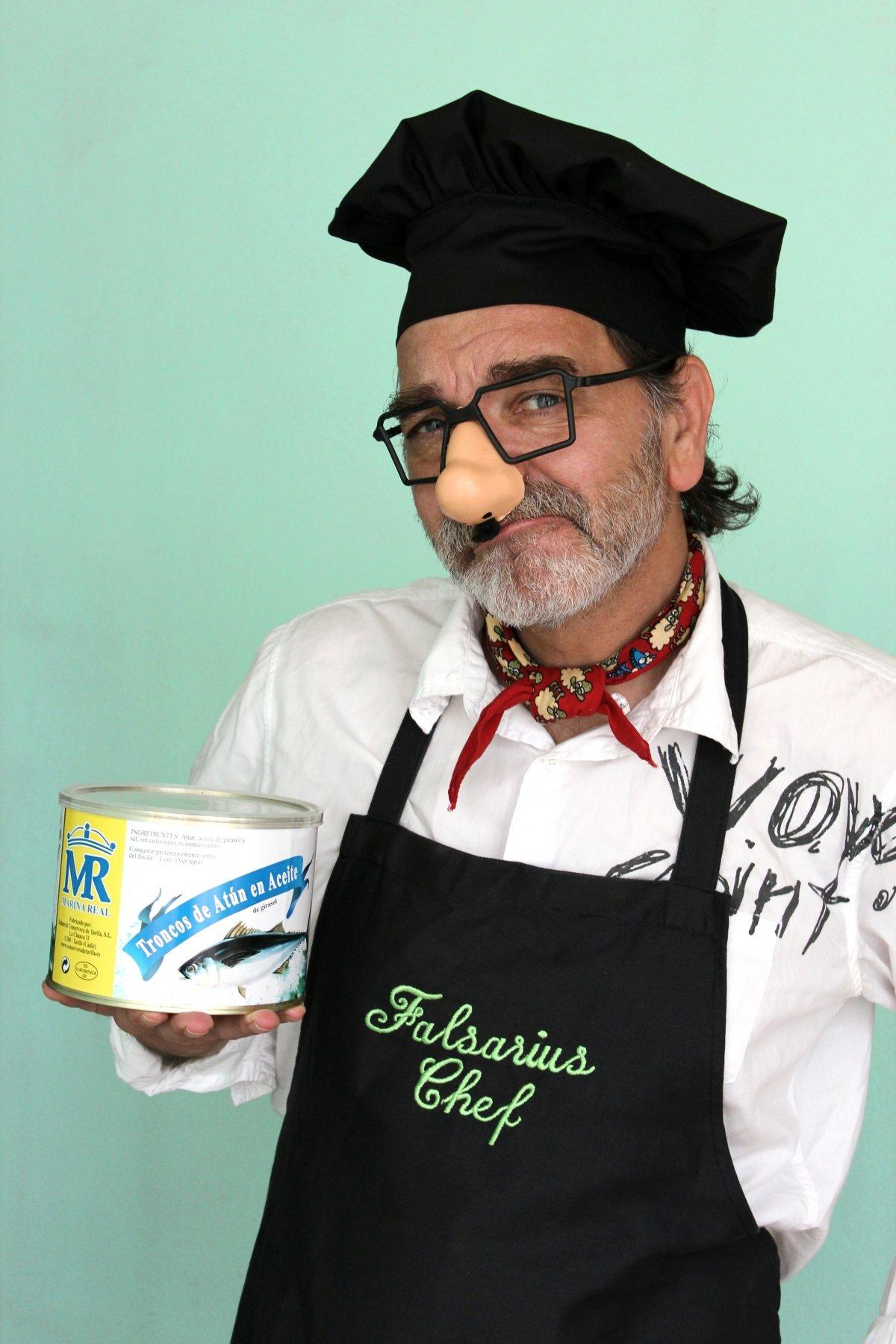 Falsarius Chef, Nacho Moreno, con una gran lata de conserva
