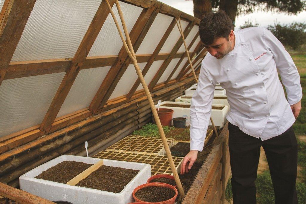 Fernando del Cerro controlando pequeños cultivos