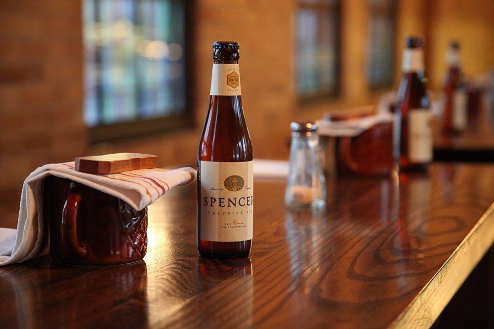 Fila de botellas de Spencer Trappist Ale