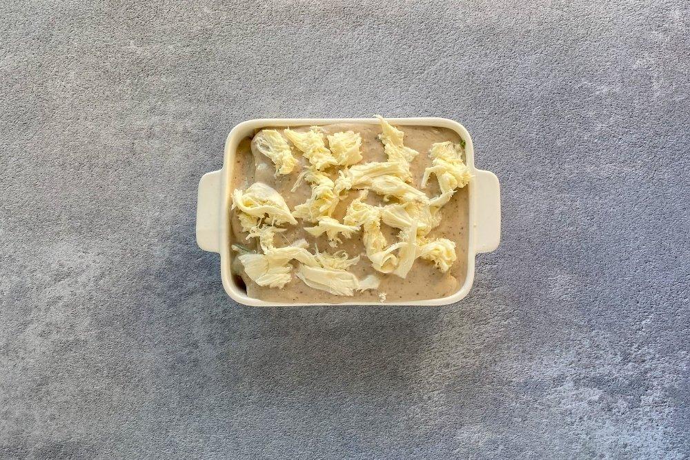 Finalizar la lasaña de verduras con una capa de pasta fresca cubierta de bechamel y queso