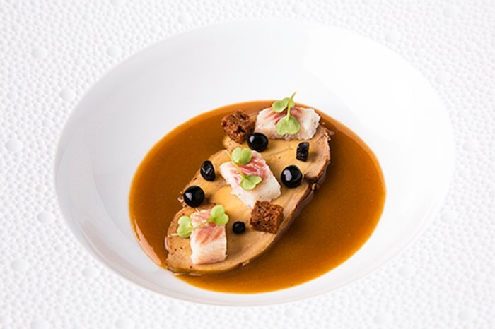 Foie asado con lentejas, anguila ahumada y ajo negro del restaurante El Retiro
