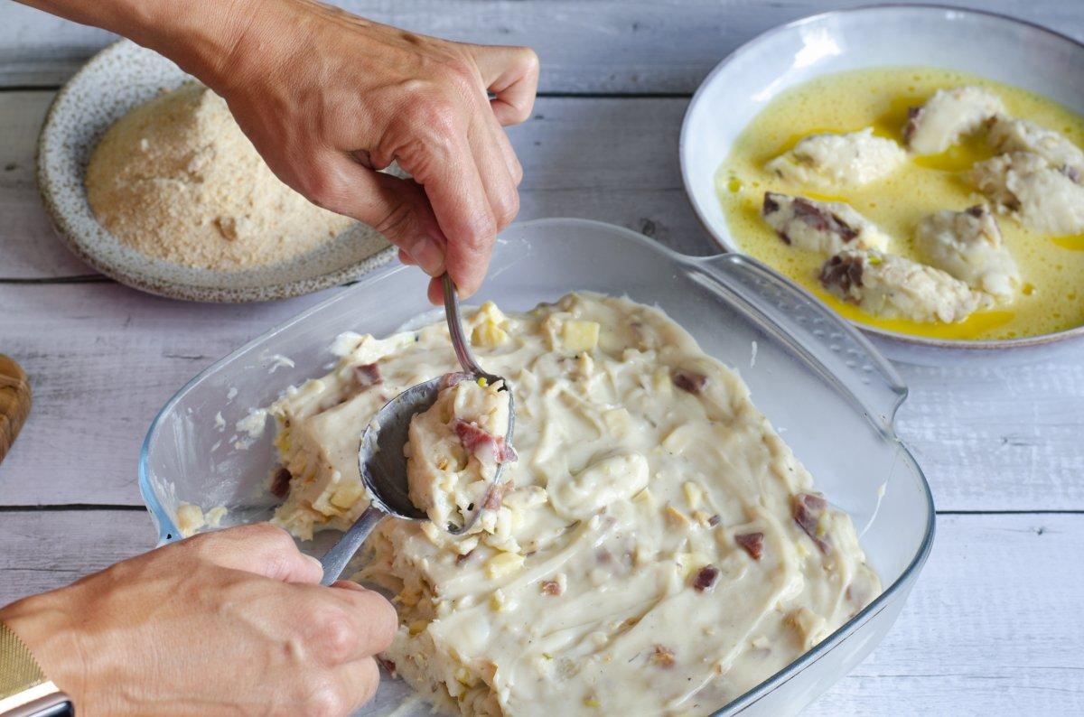 Formado de las croquetas de jamon, queso y pollo