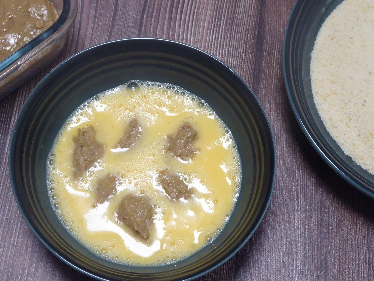 Formamos porciones de masa y las pasamos por huevo batido