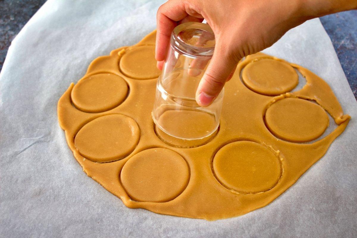 Formando las galletas María con un vaso