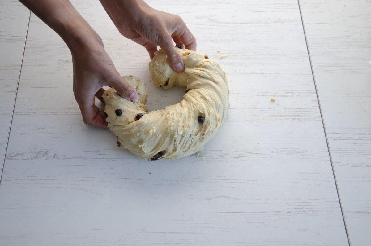 formando rosca con la masa para el kugelhopf