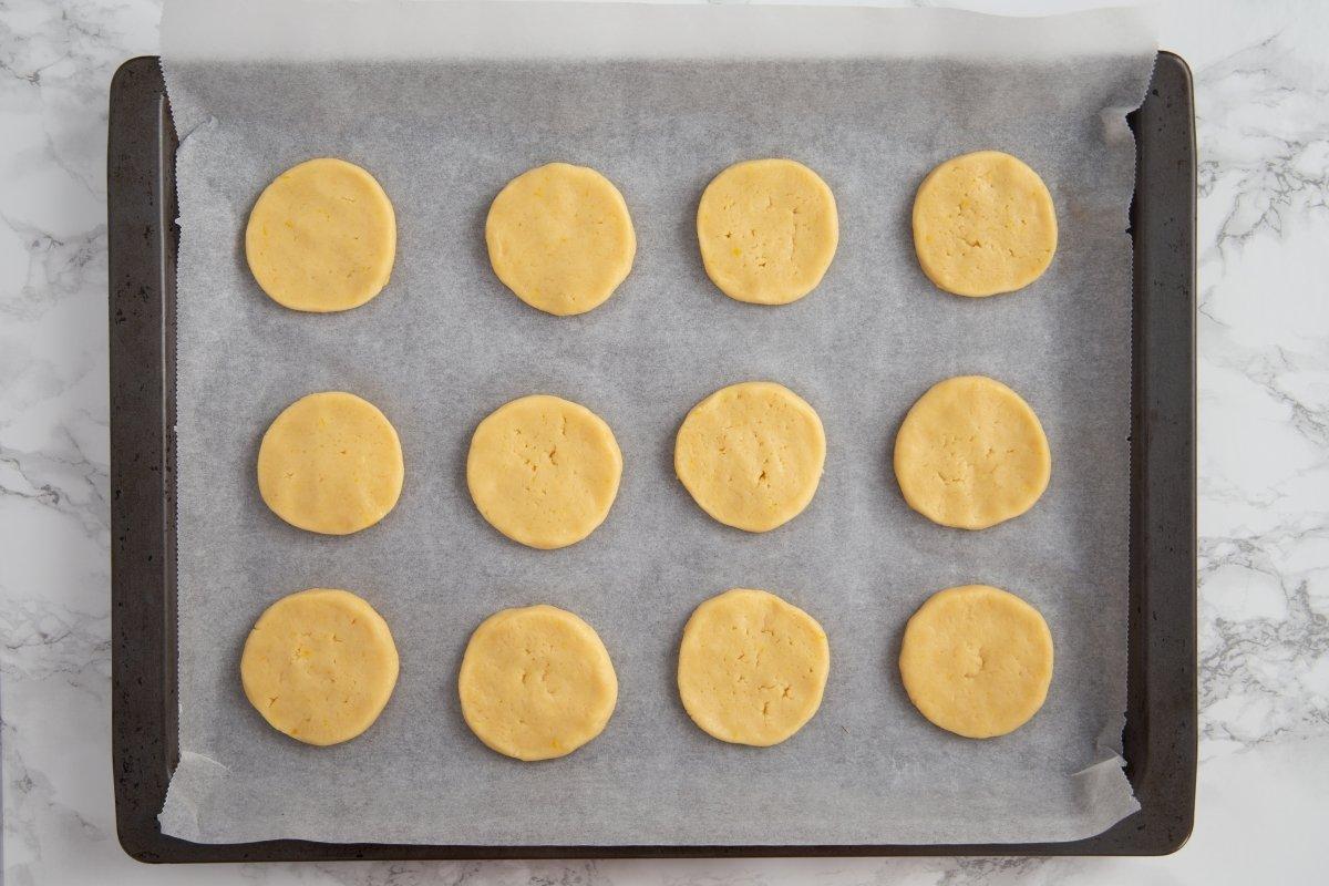Formar las galletas y hornearlas