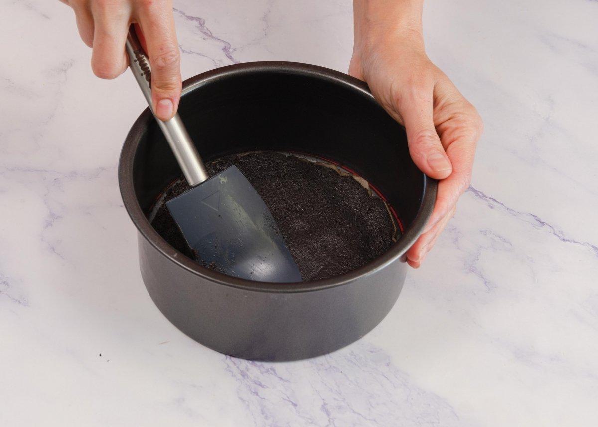 Forramos el molde de la tarta de oreo