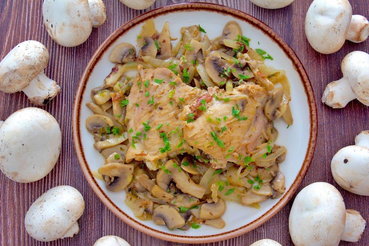Contramuslos de pollo con champiñones