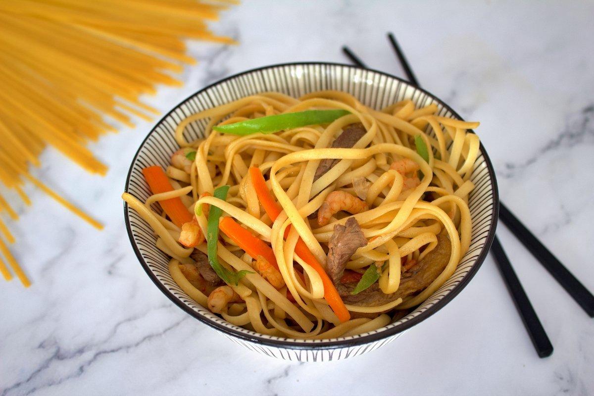 Foto de la portada de los tallarines chinos con verduras, carne y gambas