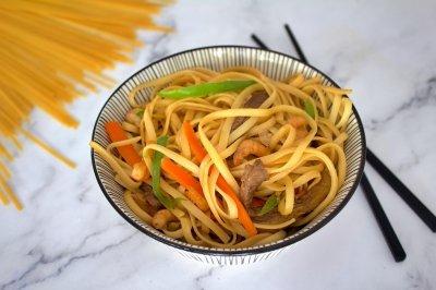 Tallarines chinos con verduras, carne y gambas