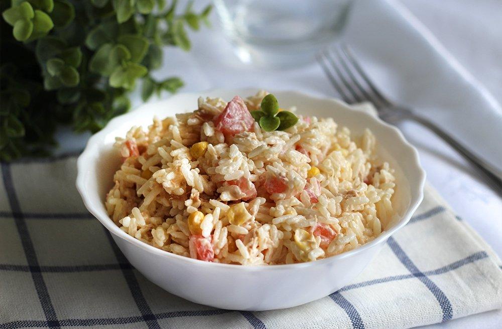 Foto final de la ensalada de arroz con mayonesa