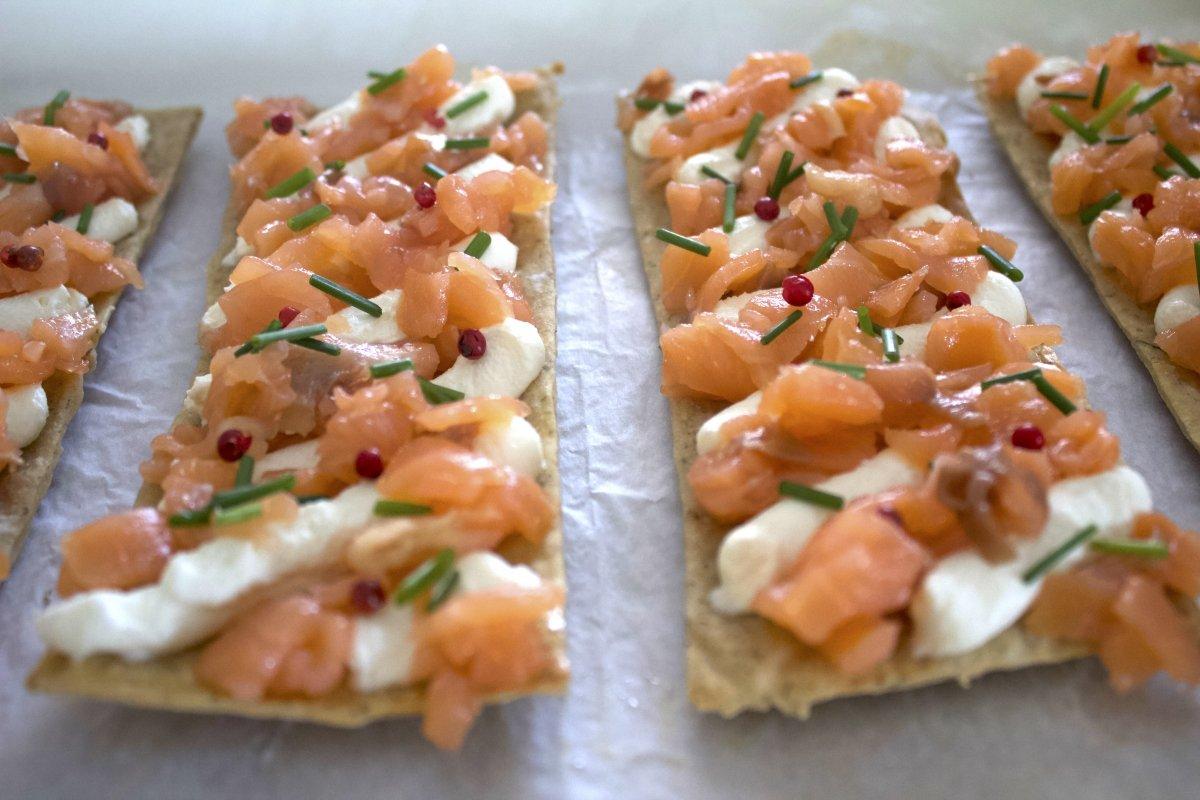 Foto final de las tostas de salmón ahumado con queso