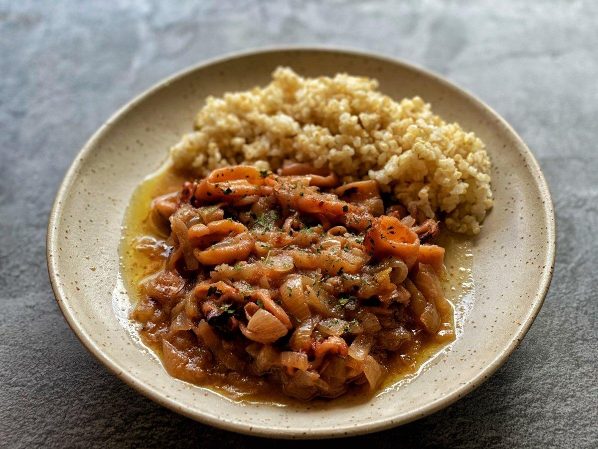 Foto receta calamares encebollados finalizada