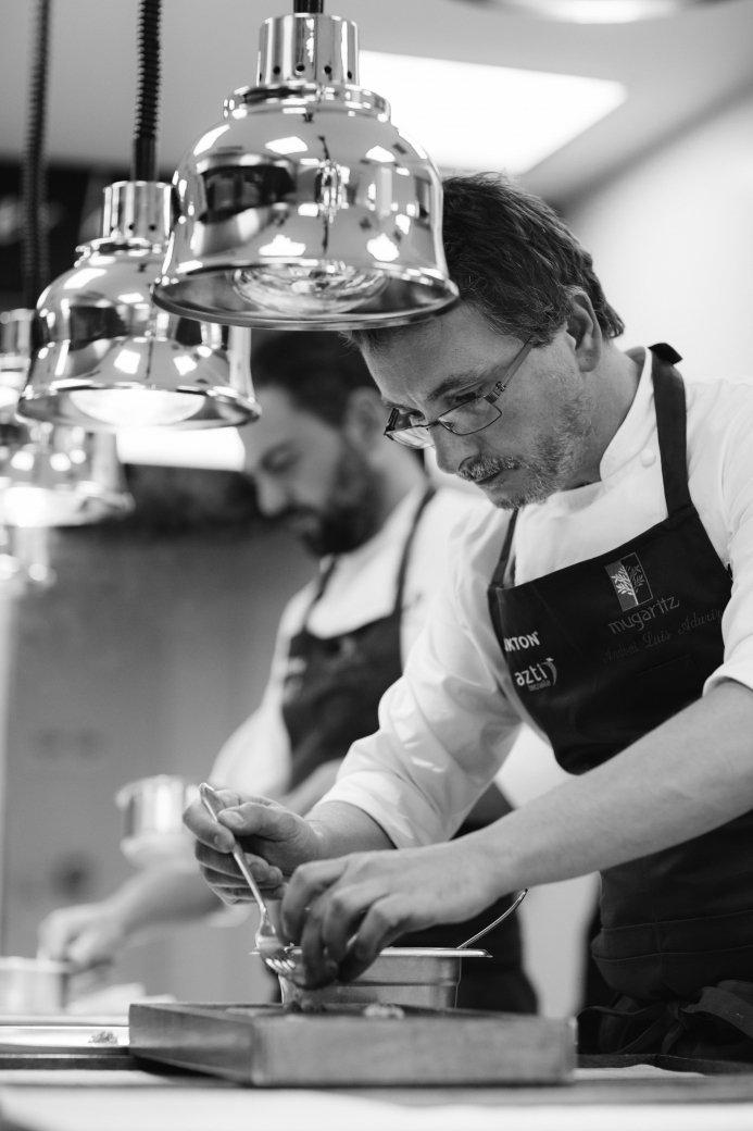 Fotografía de Andoni Luis Aduriz en su cocina del Mugaritz