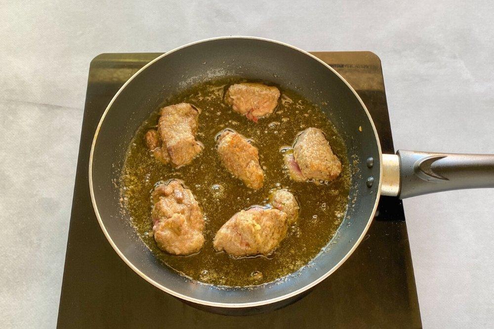 Freír la ternera para el ragú o ragout de ternera
