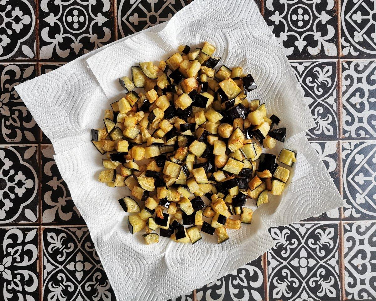 Freír las berenjenas en abundante aceite de oliva y reservarlas