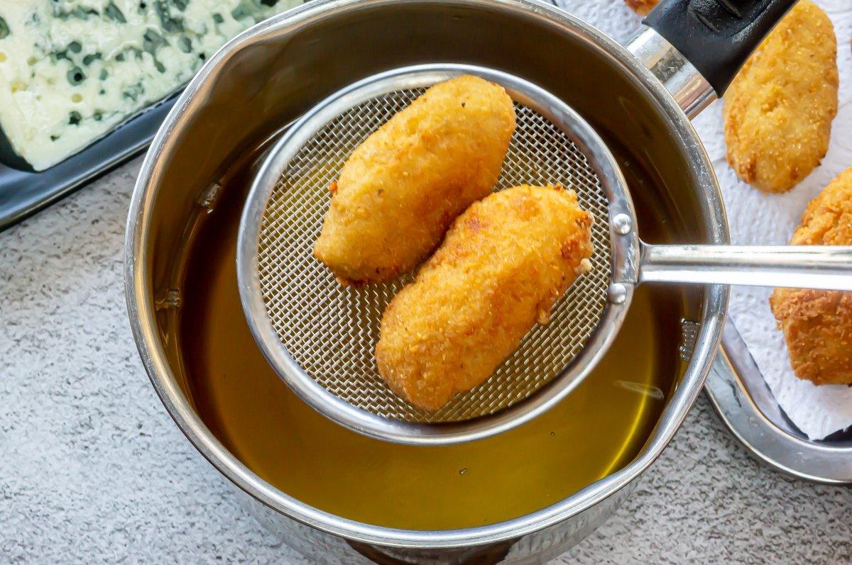 Freír las croquetas de queso azul
