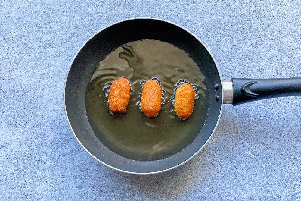 Freír las croquetas en abundante aceite caliente