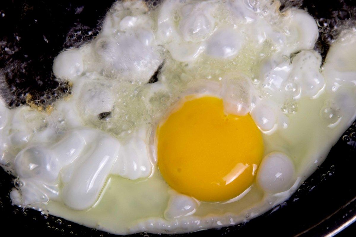 Freír los huevos en abundante aceite de oliva virgen extra
