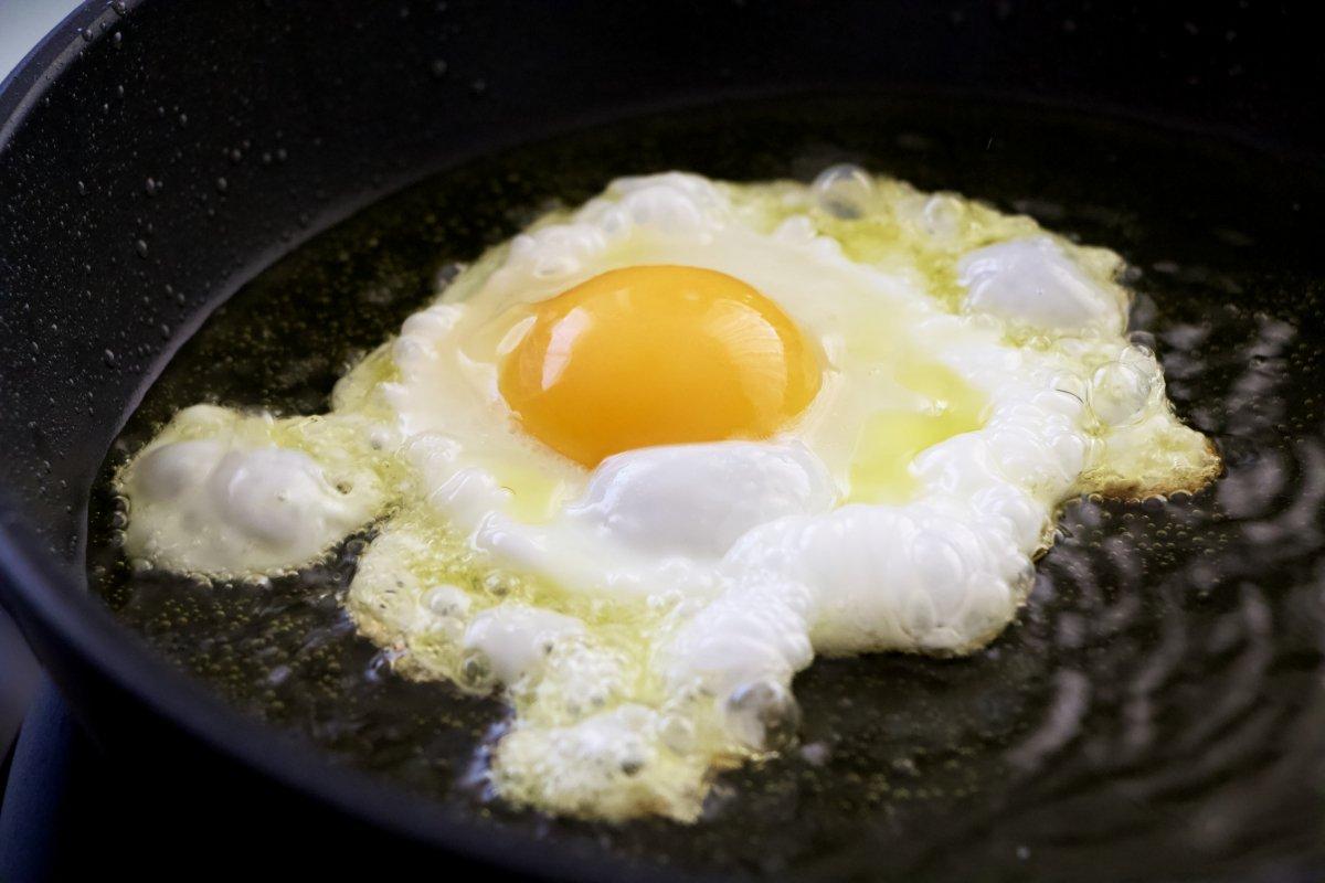 Freír un huevo