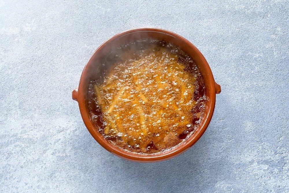 Fritura de patatas, ajos y guindillas