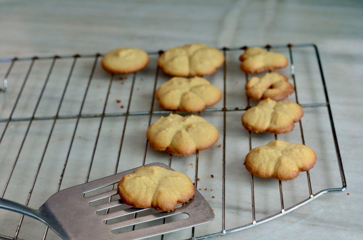 galletas recién salidas del horno para la rejilla