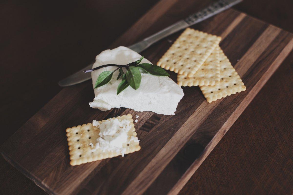 Galletas saladas y queso cremoso