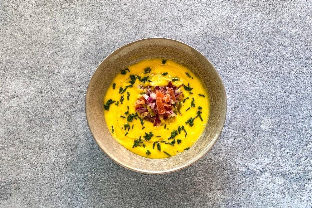 Gazpacho de mango decorado de cebollino al gusto