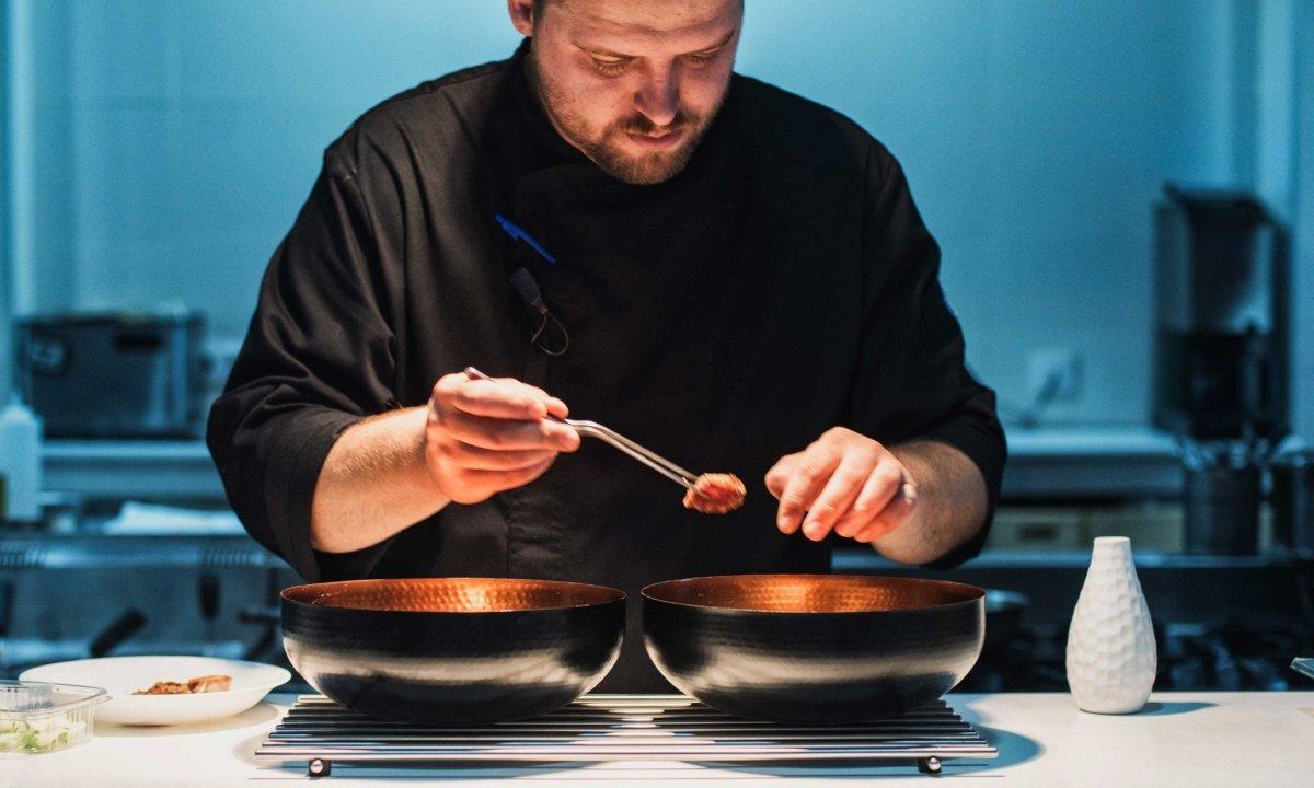 Gregory Rome en la cocina