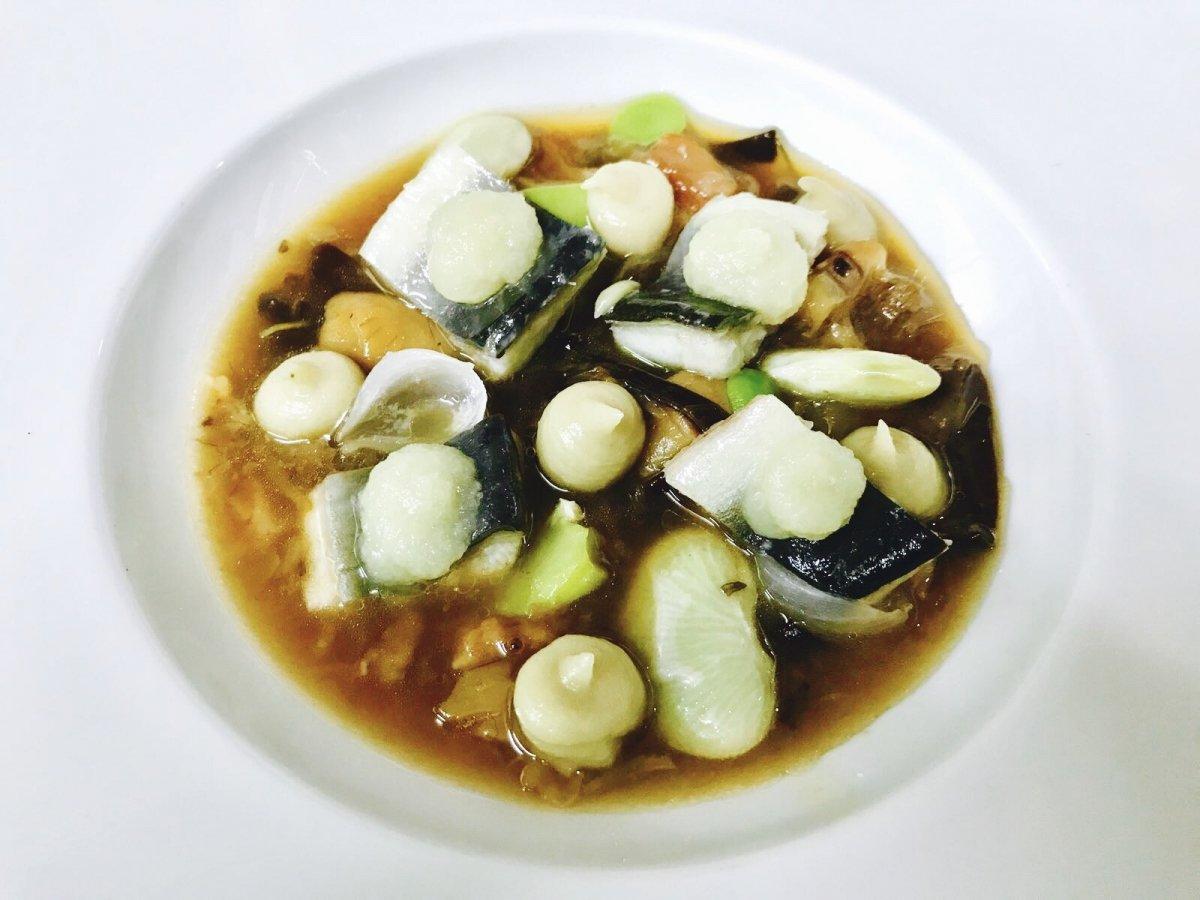 Guiso de pata de ternera, anguila, topinambur, garrofon y cebolletas de K-anròs