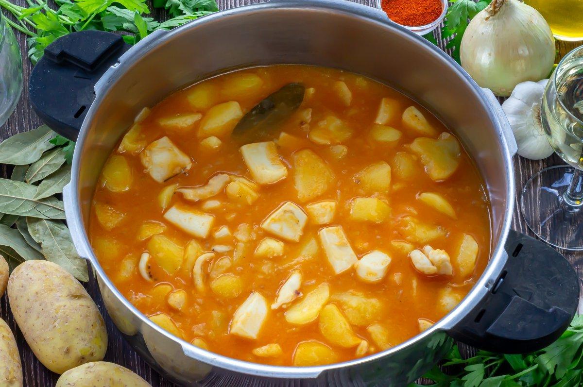 Guiso de patatas con sepia en la olla