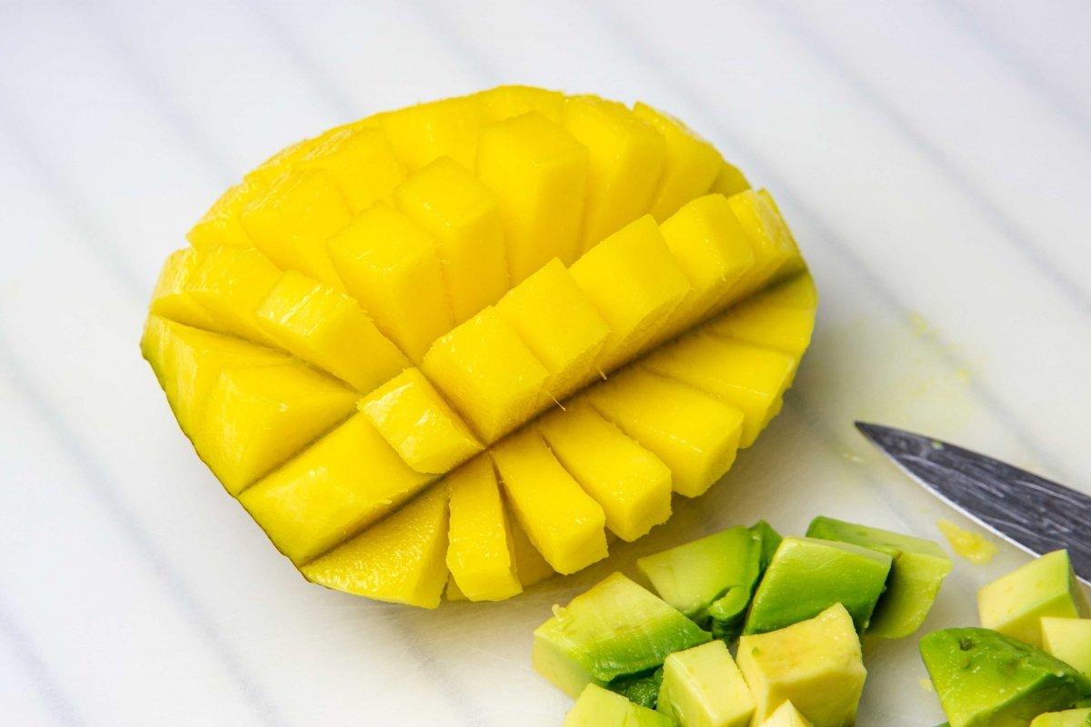 Hacer dados de mango para el tartar de gambas