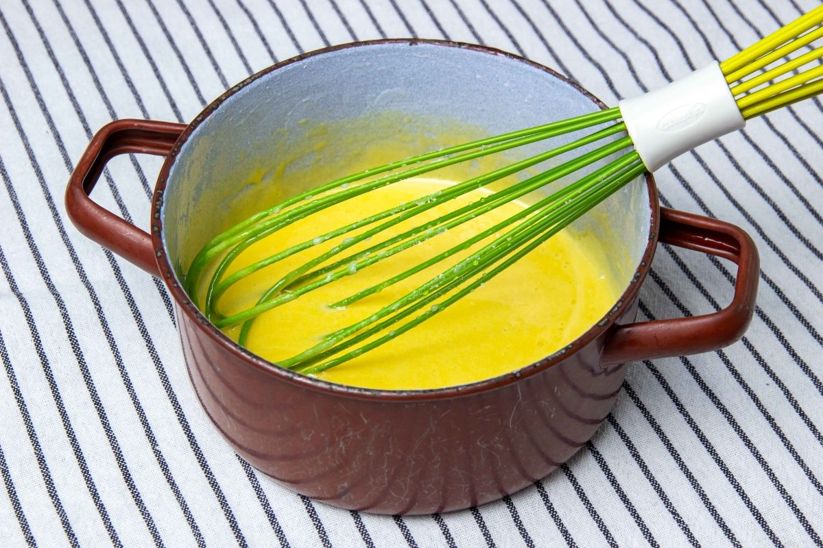 Hacer el baño de crema de yemas para los carbayones