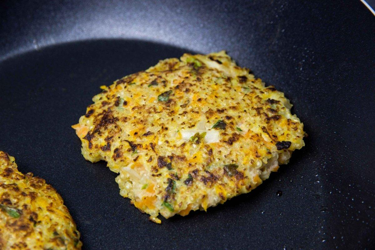 Hacer las hamburguesas de quinoa y verduras a la plancha
