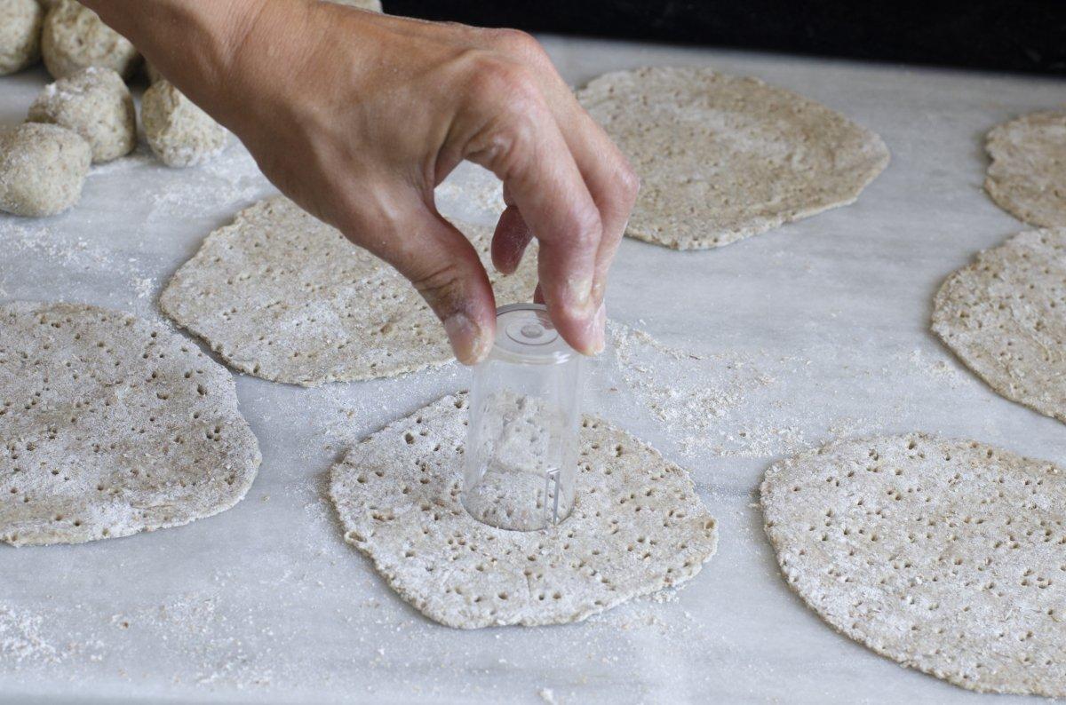 haciendo el agujero de los panes suecos