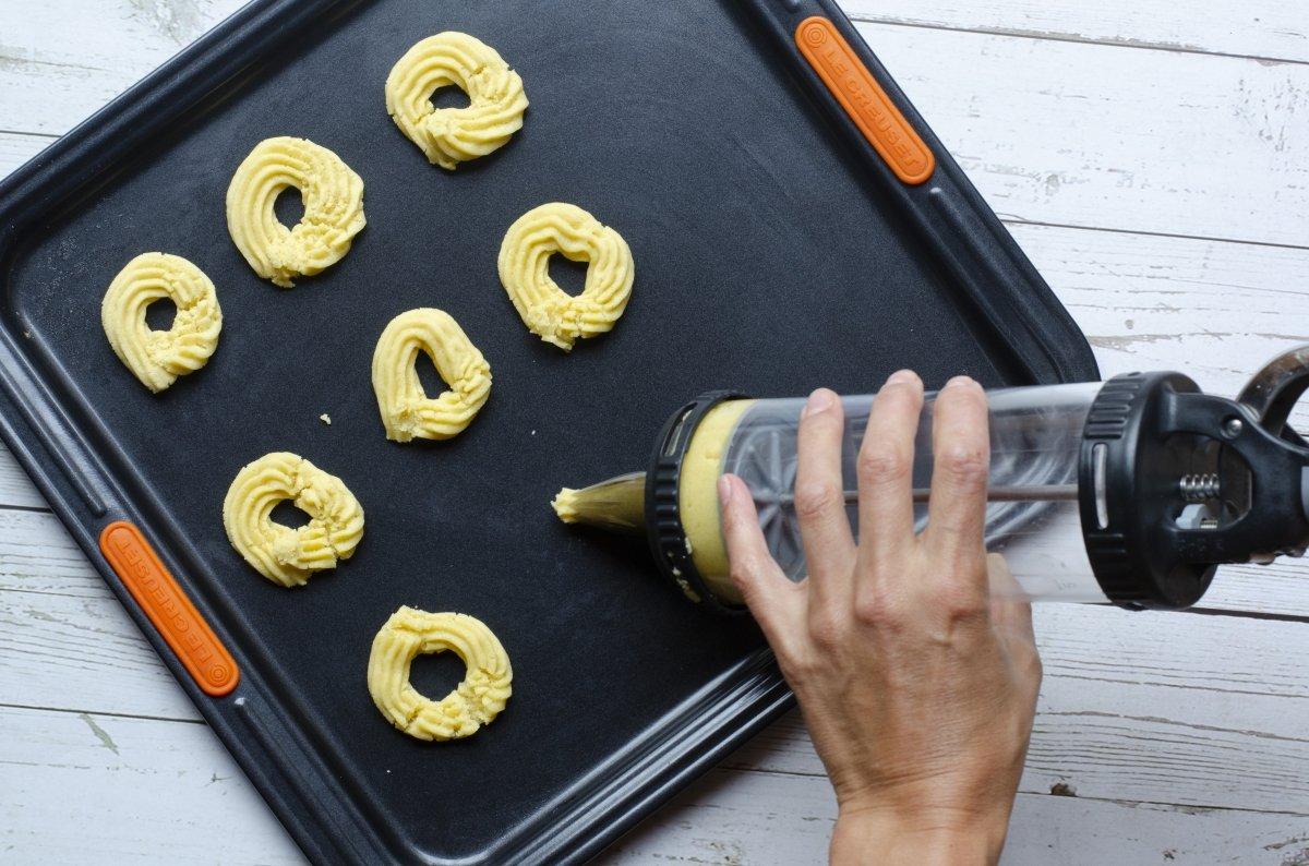 Haciendo galletas con la manga pastelera