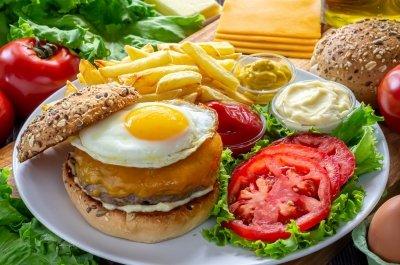 Hamburguesa de carne con huevo, tomate, queso y lechuga