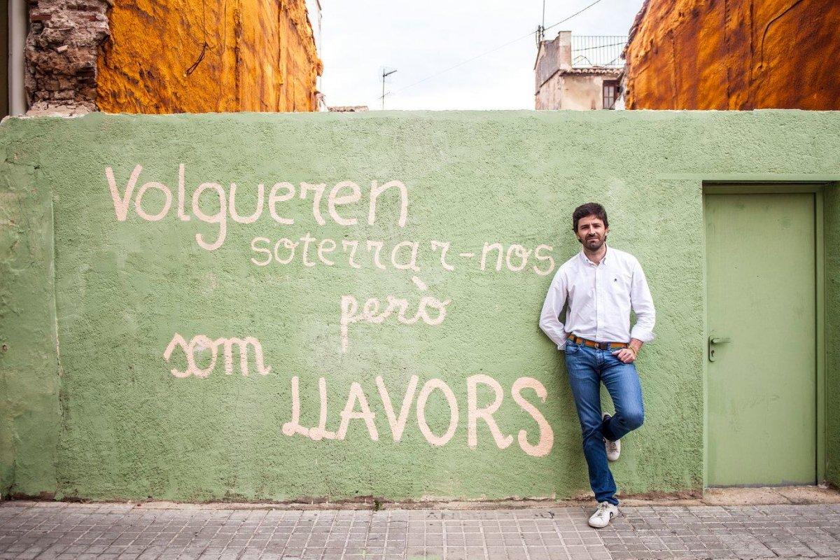 Hèctor Molina frente a un mural