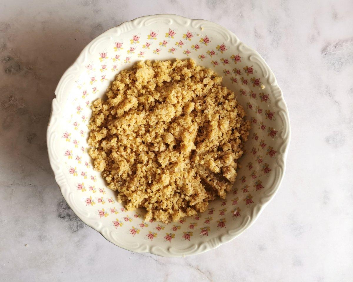 Hidratar el bulgur y mezclarlo con la cebolla rallada