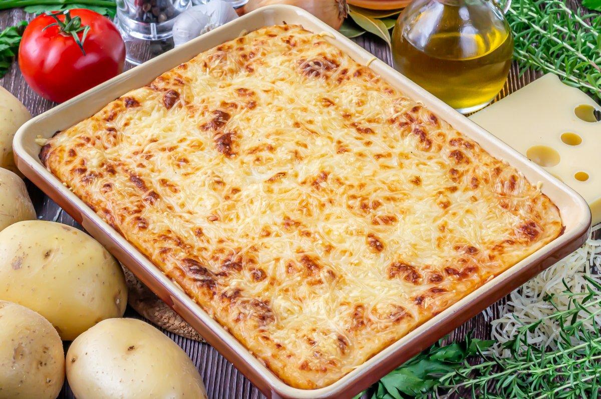 Hornear el pastel de carne picada y patata con queso