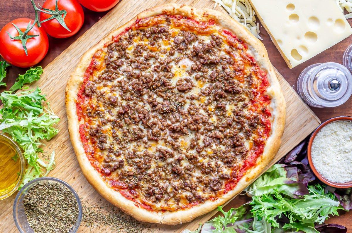 Hornear la pizza de carne picada