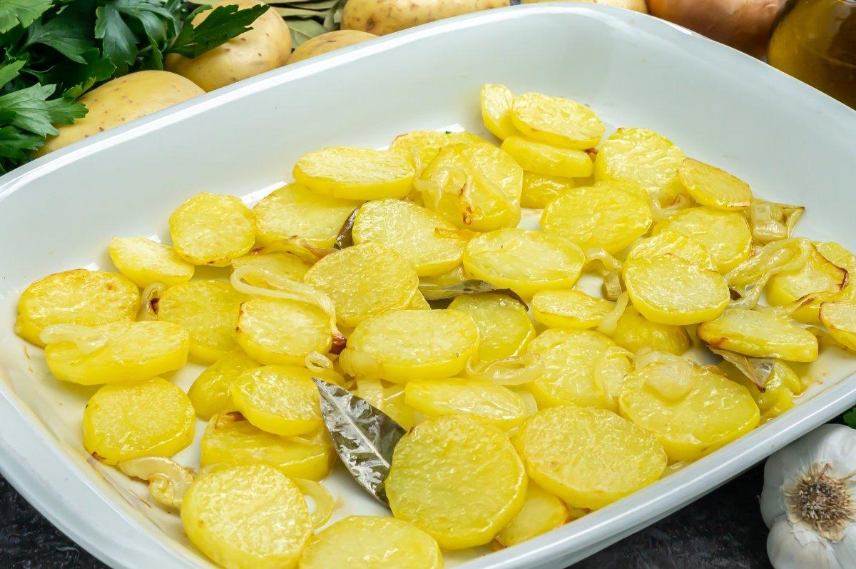 Hornear las patatas y la cebolla